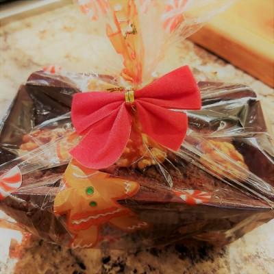 un gâteaux emballé dans un sac avec boucle de Noël