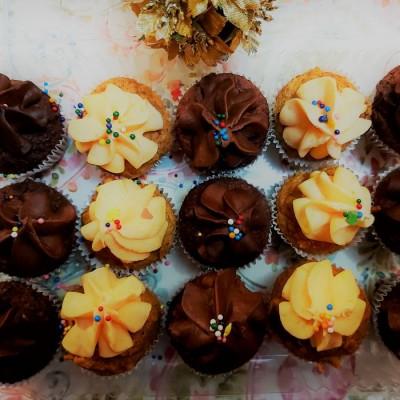 une boîte remplie de 15 petits gâteaux