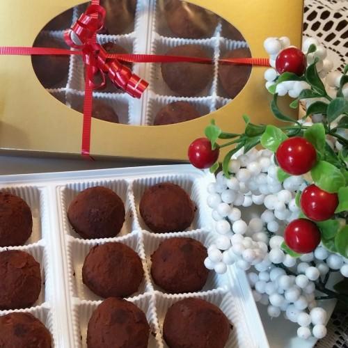 boîte remplie de truffes au chocolat